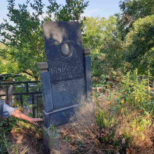Restauracija spomenika učitelju Vladimiru Pustovarovu na groblju u Grabovcu